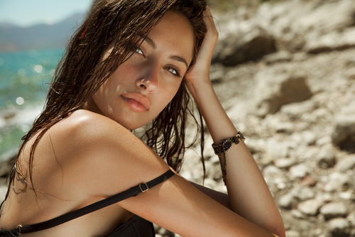 carefree beautiful brunette with wet look & long hair on the beach-img-blog